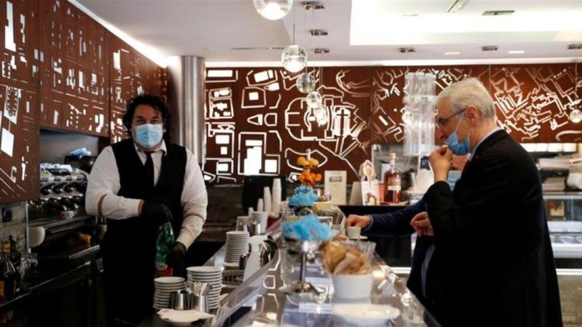 Μάσκες σε καφετέρια