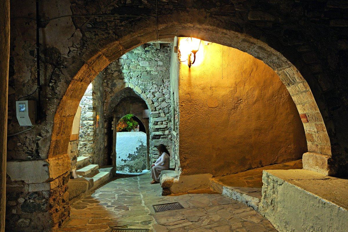 Παλιά μεσαιωνικά δρομάκια στο Κάστρο της Νάξου