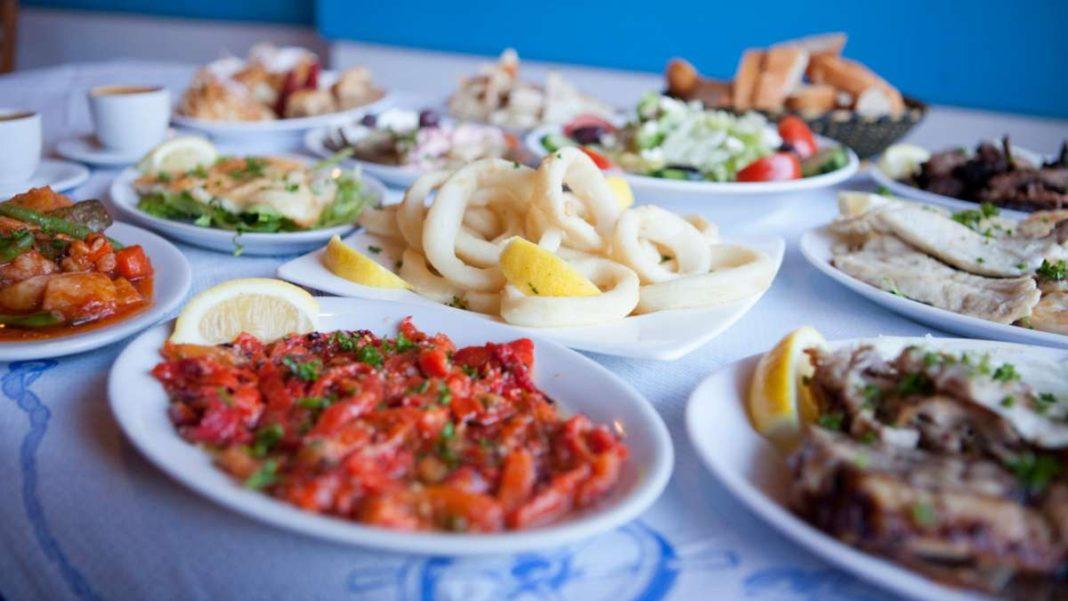 παραδοσιακοί ελληνικοί μεζέδες τραπέζι