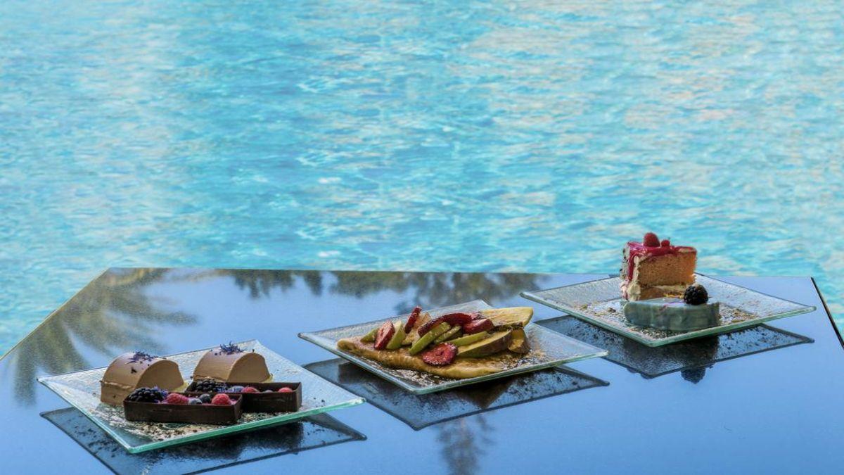 Γλυκά δίπλα στην πισίνα