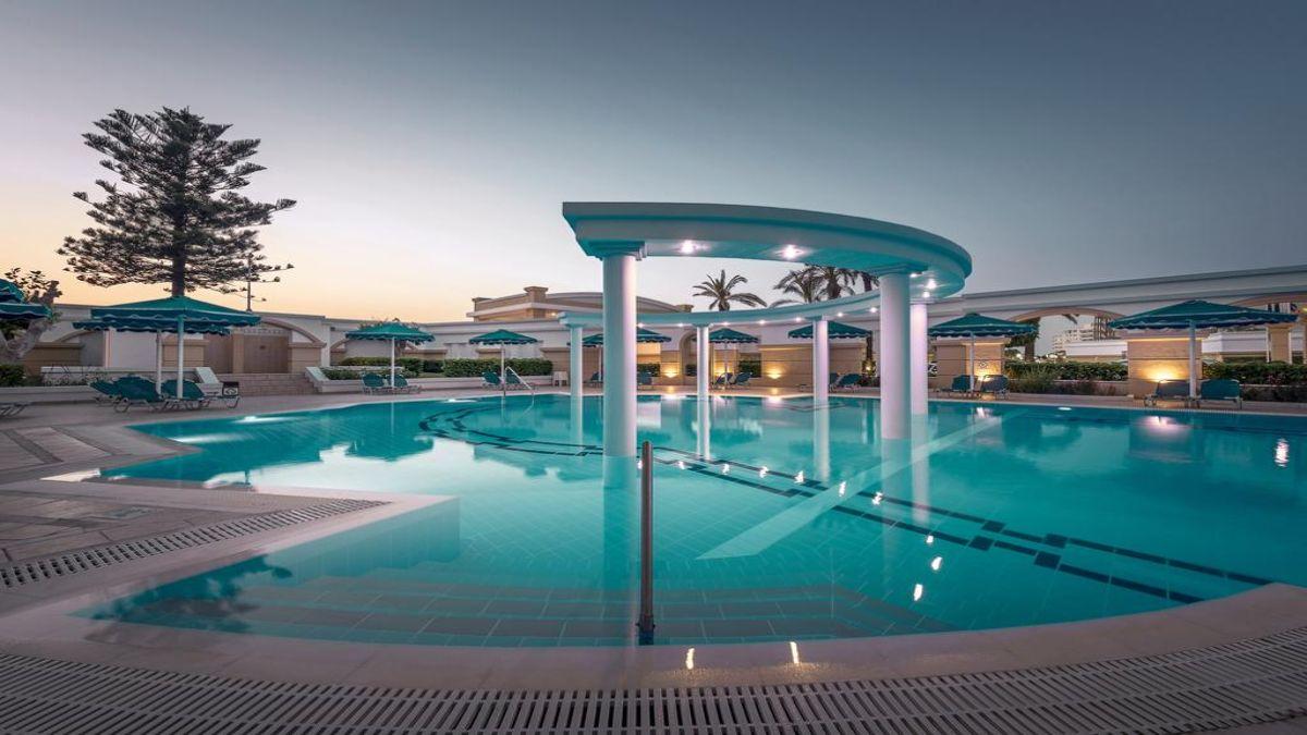 υπέροχη πισίνα