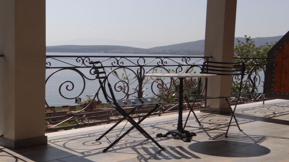 Νηρηίδες τραπέζι στο μπαλκόνι