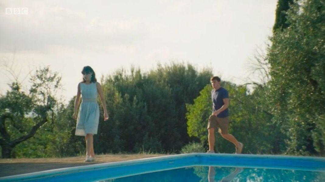 Σκηνή από την ταινία Normal People στην πισίνα