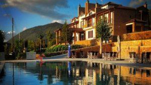 Ένα υπέροχο ξενοδοχείο στη Βυτίνα με μοναδική θέα στο βουνό και πισίνα – από τον Τάσο Δούση