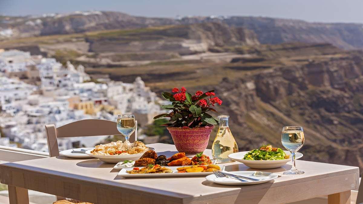 Παγκόσμια Ημέρα Τουρισμού 27 Σεπτεμβρίου ελληνικά προϊόντα στρωμένο τραπέζι
