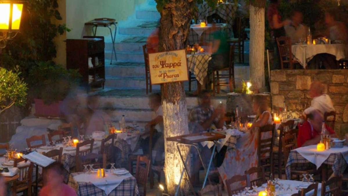 Παλιά Ταβέρνα του Ψαρρά αυλή βράδυ πλάκα παλαιότερο εστιατόριο αθήνα