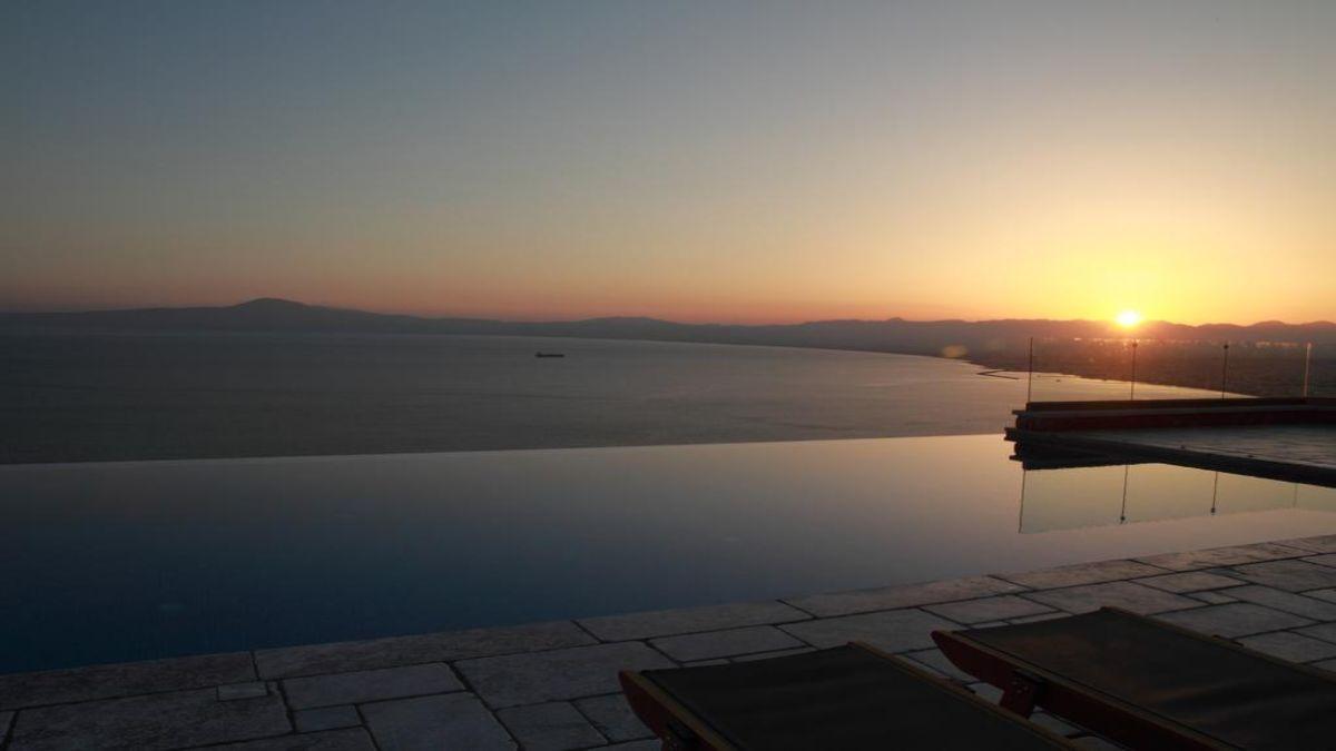 Petra Thea πισίνα το ηλιοβασίλεμα