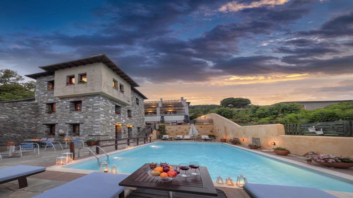 όμορφη πισίνα στον πέτρινο ξενώνα