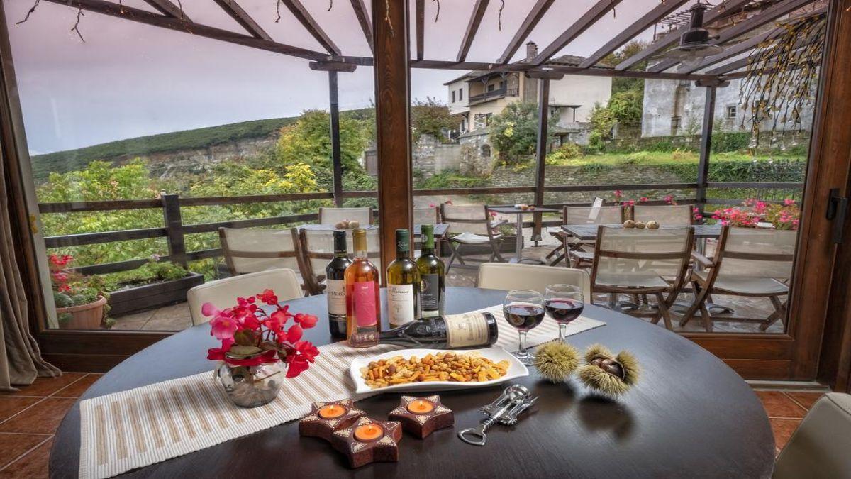 Ξενώνας Πετράδι τραπέζι με κρασί με θέα