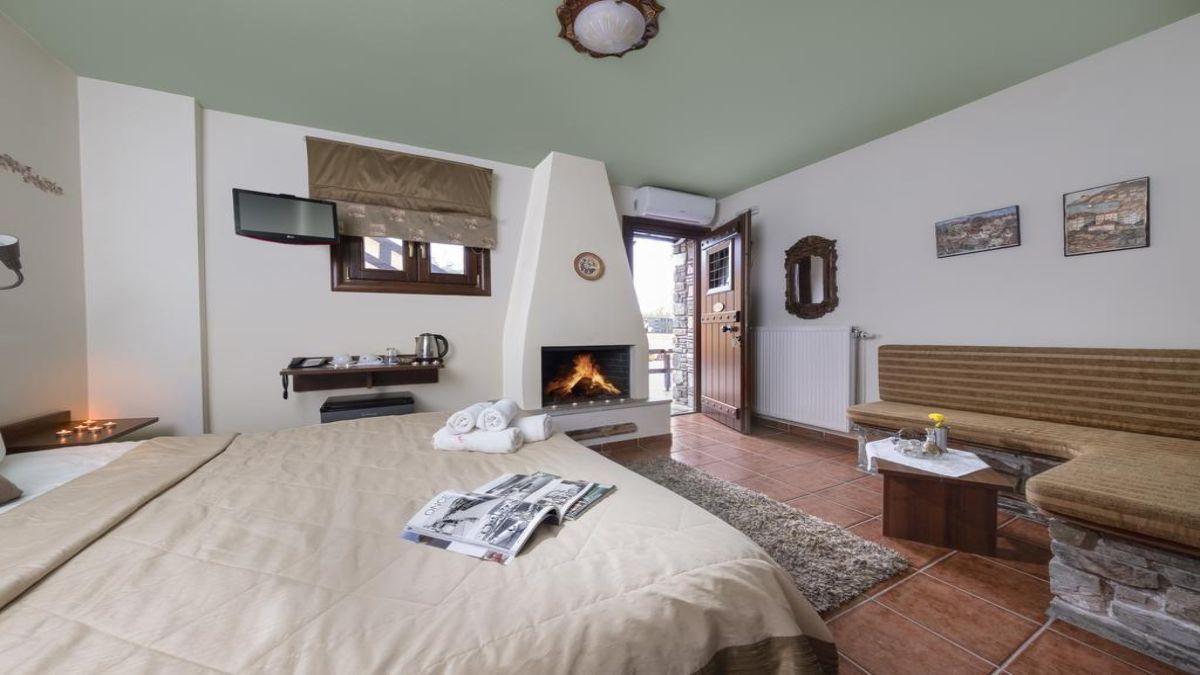 Ξενώνας Πετράδι δωμάτιο με τζάκι