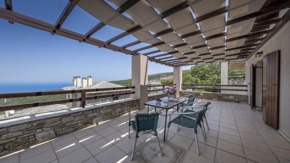 Ξενώνας Πετράδι βεράντα με θέα στο Αιγαίο