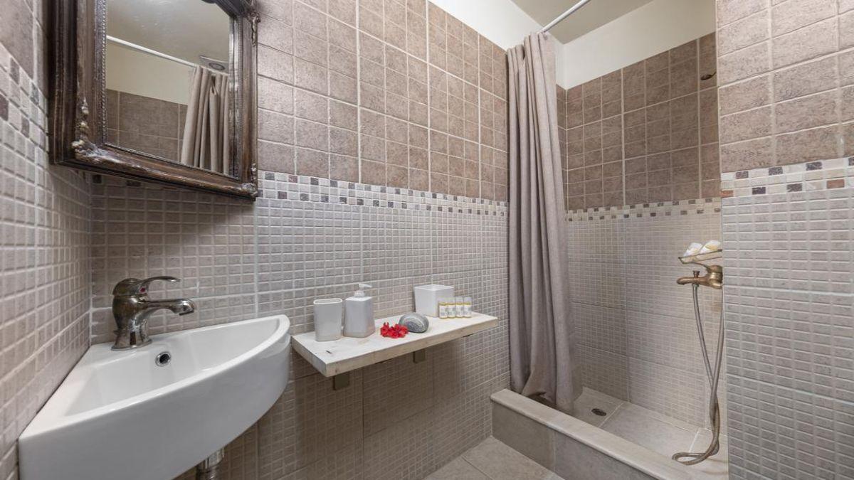 το μπάνιο στο δωμάτιο