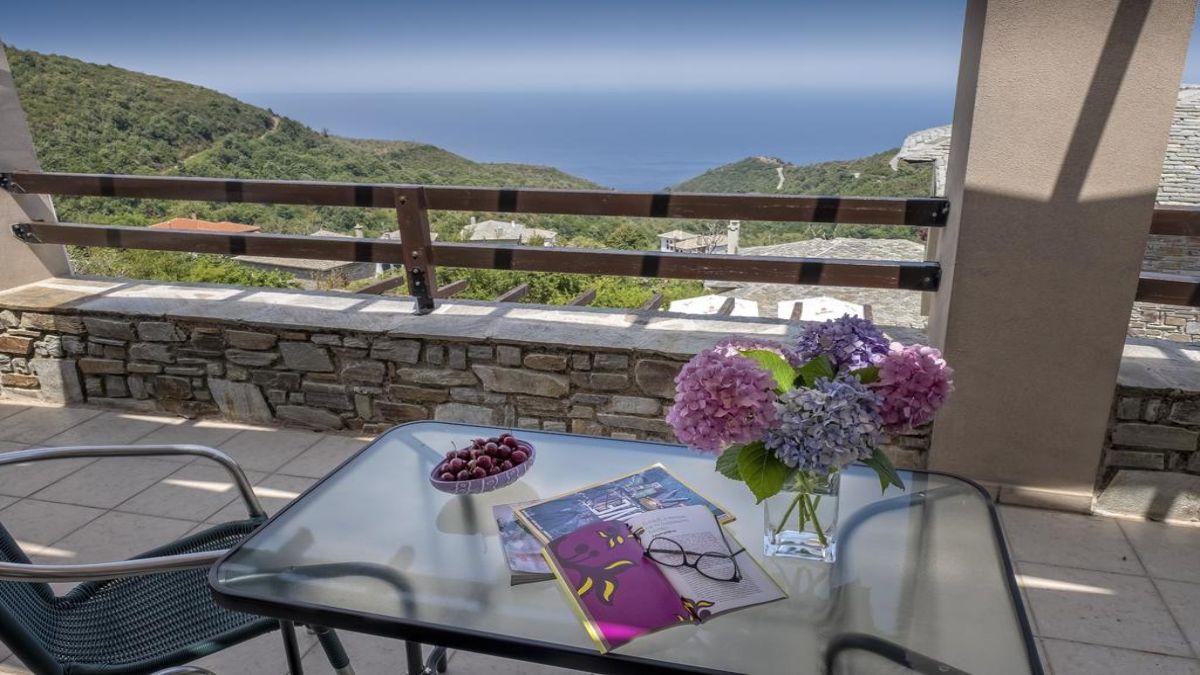 βεράντα με τραπέζι και θέα στο Αιγαίο