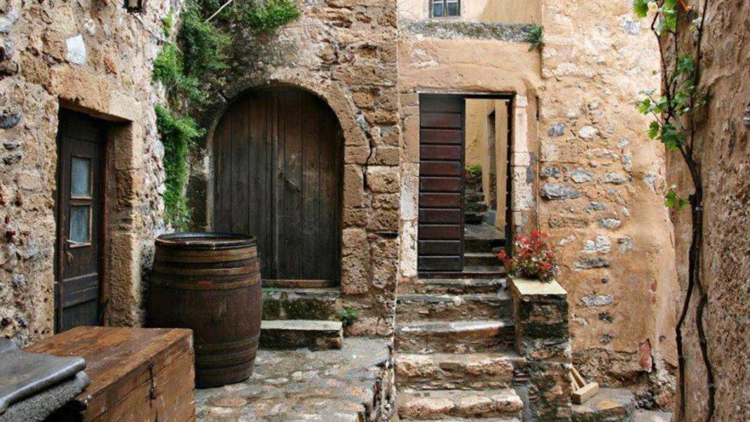 πέτρινο καλντερίμι ελληνικό χωριό