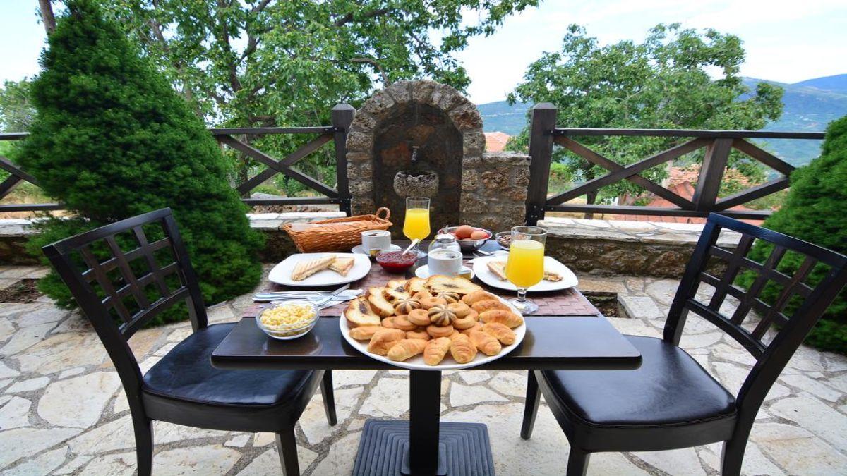 Πρωινό στο Πέτρινο Σαλέ
