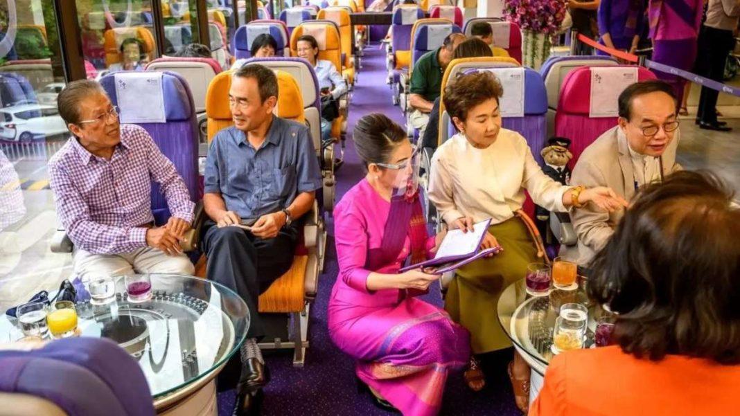 plane cafe ταϊλάνδη σερβίρισμα επισκέπτες