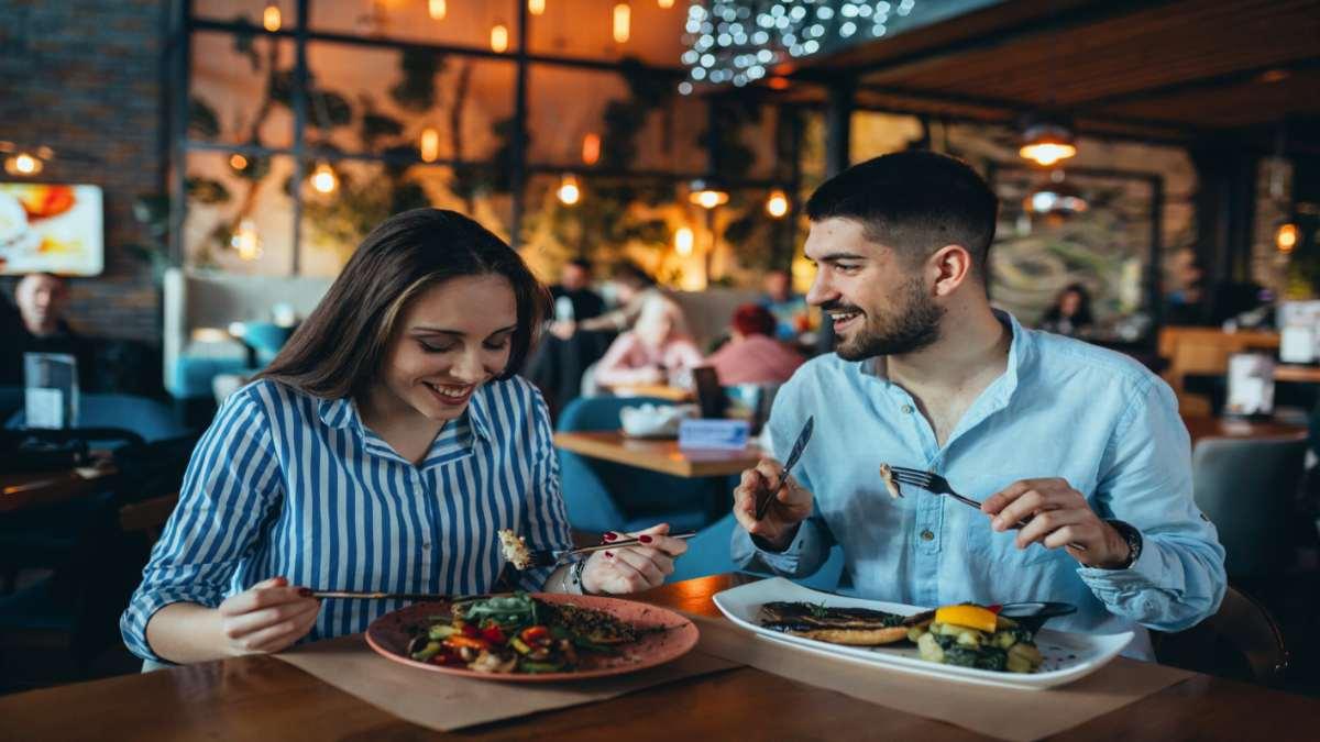 ζευγάρι τρώει σε εστιατόριο