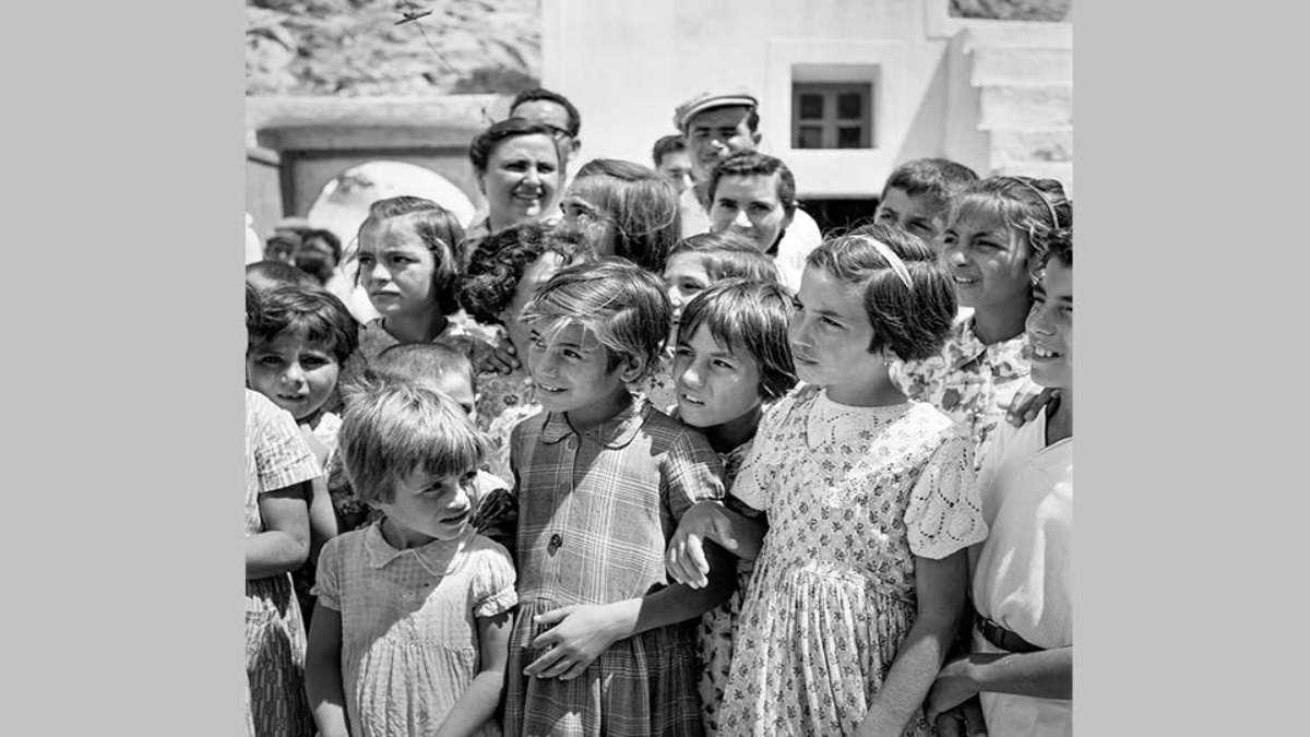 σαντορίνη 1950 μικρά παιδιά σε βάφτιση στο Νημποριό