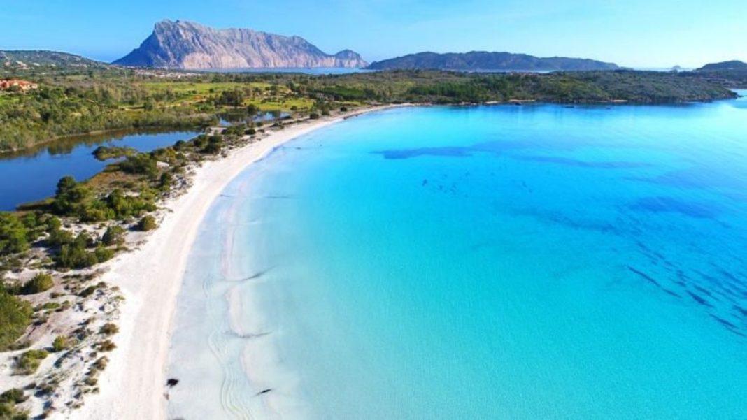 παραλία με λευκή άμμο στη Σαρδηνία