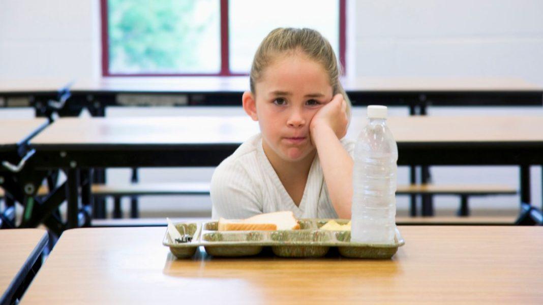 παιδί που τρώει στο σχολείο