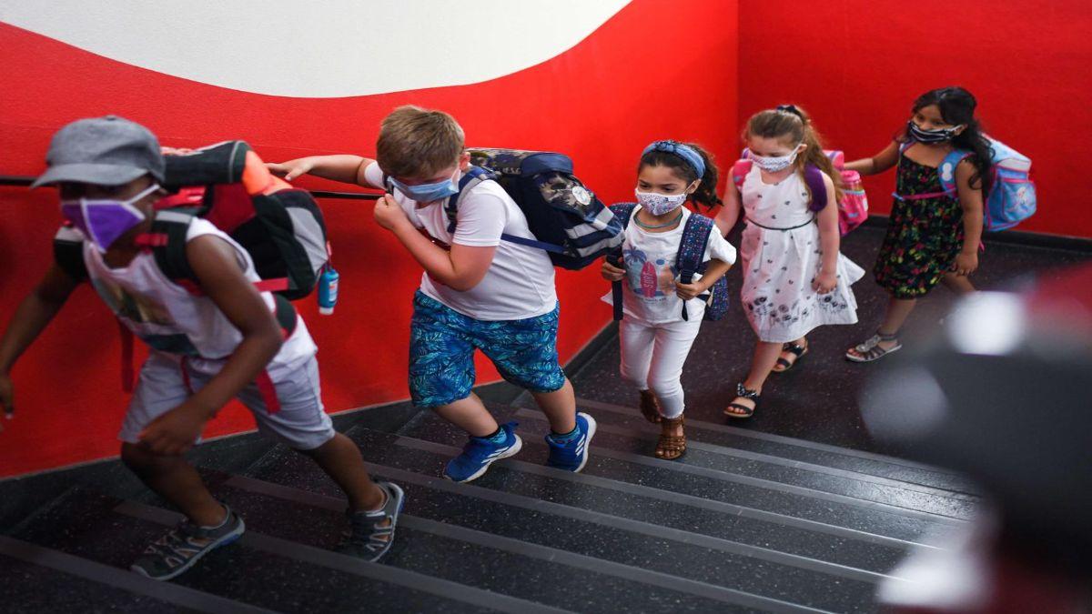 Μαθητές που ανεβαίνουν τις σκάλες με μάσκα