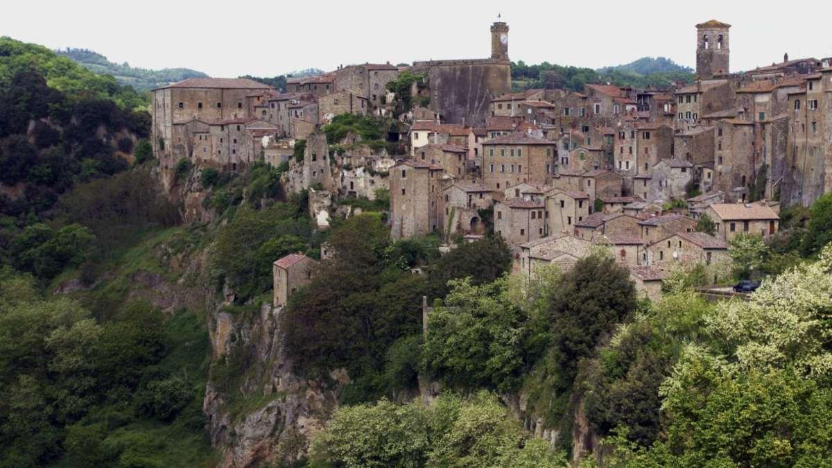 sorano ιταλική πόλη σε λόφο