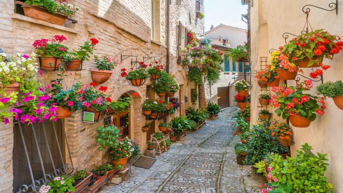 spello ιταλική πόλη σε λόφο