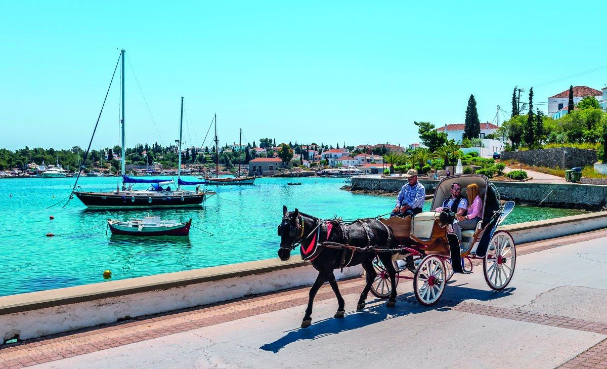 Ρομαντική βόλτα με άμαξα στις Σπέτσες