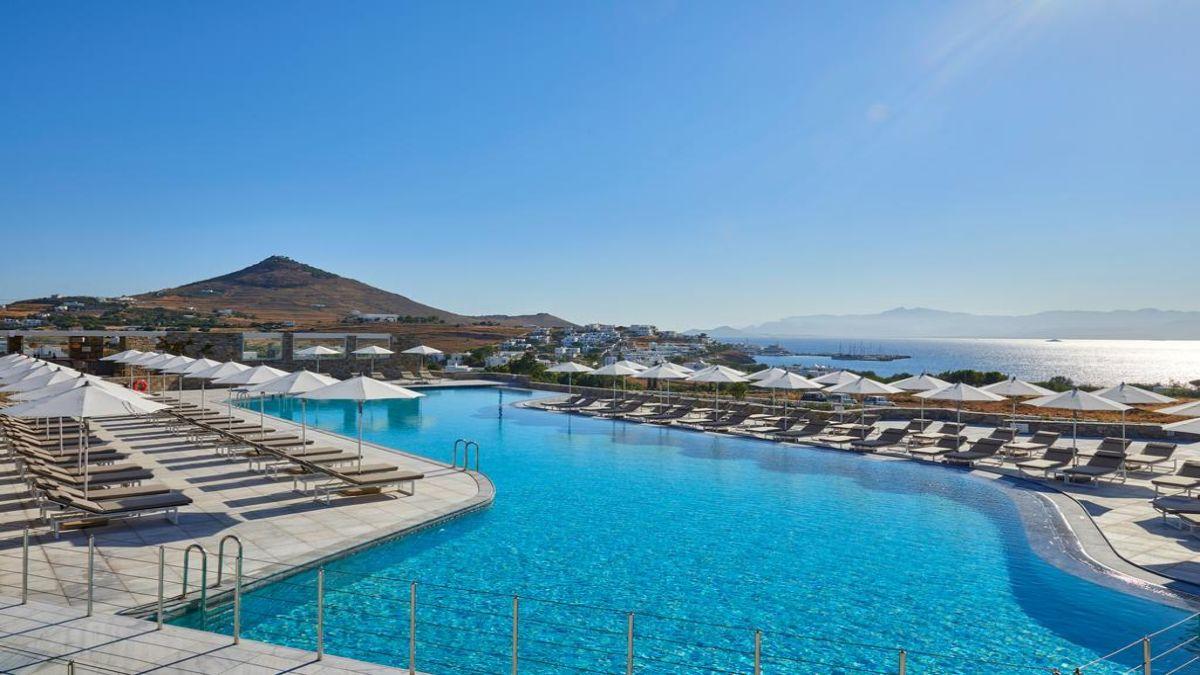 Η όμορφη πισίνα του Summer Senses με θέα τη θάλασσα