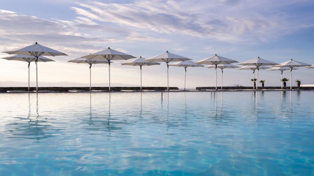 Summer senses πισίνα με ομπρέλες