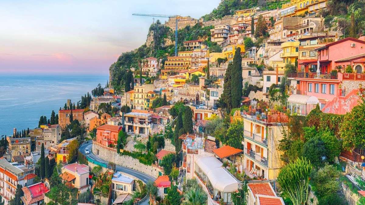 taormina ιταλική πόλη σε λόφο