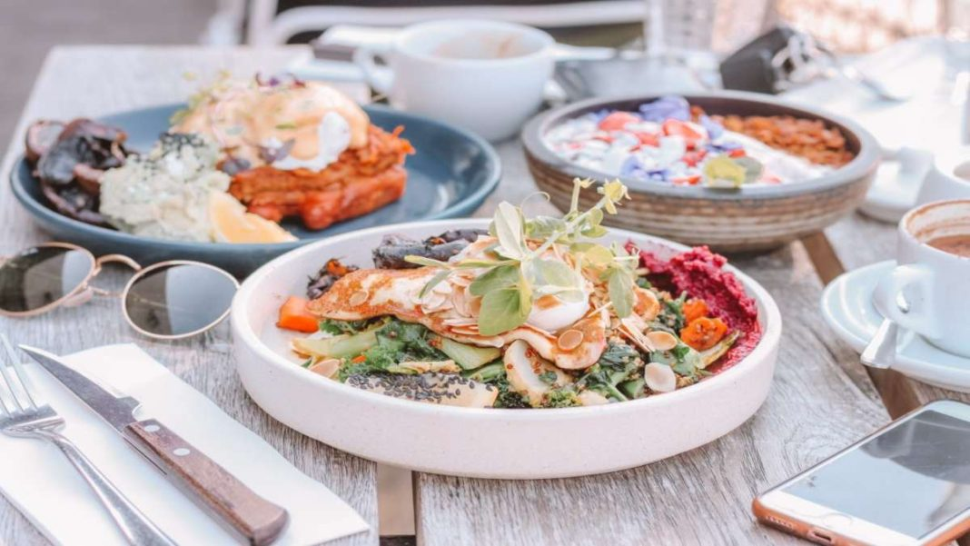 Τάσεις γαστρονομία σε ξενοδοχεία 2021 πιάτα σε τραπέζι γενική