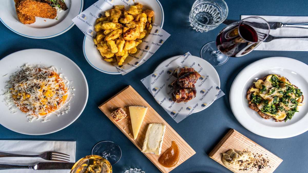 The Cheese Barge Πλωτό εστιατόριο πιάτα με τυριά