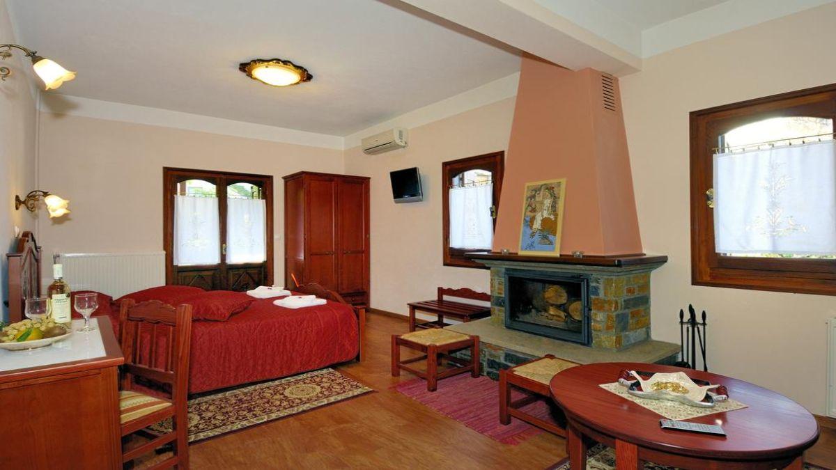 δωμάτιο με τζάκι και τραπέζι