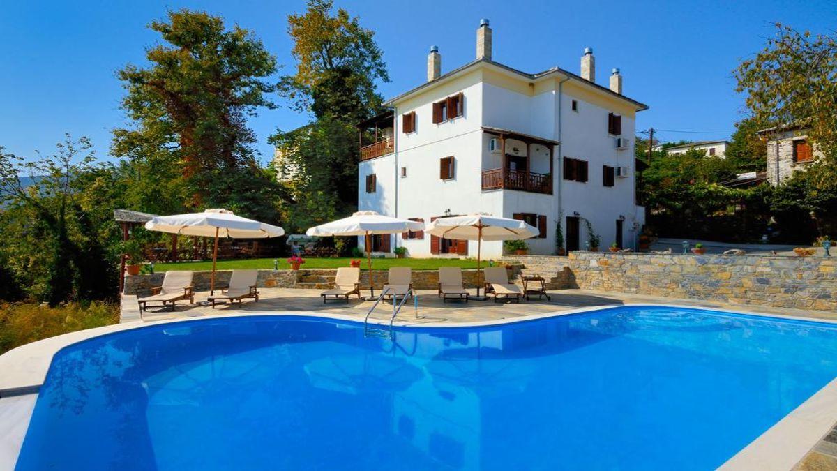 Θεάρεστον ξενώνας με πισίνα στη λιακάδα