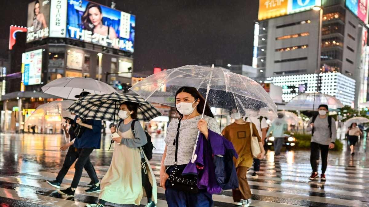 Τόκιο κεντρικός δρόμος κόσμος με μάσκες