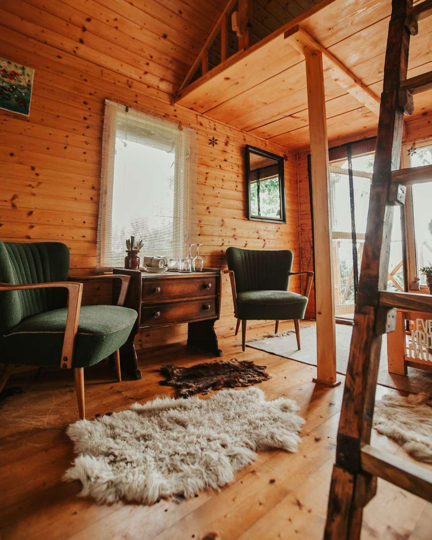 transylvania tree house δεντρόσπιτο καθιστικό πολυθρόνες