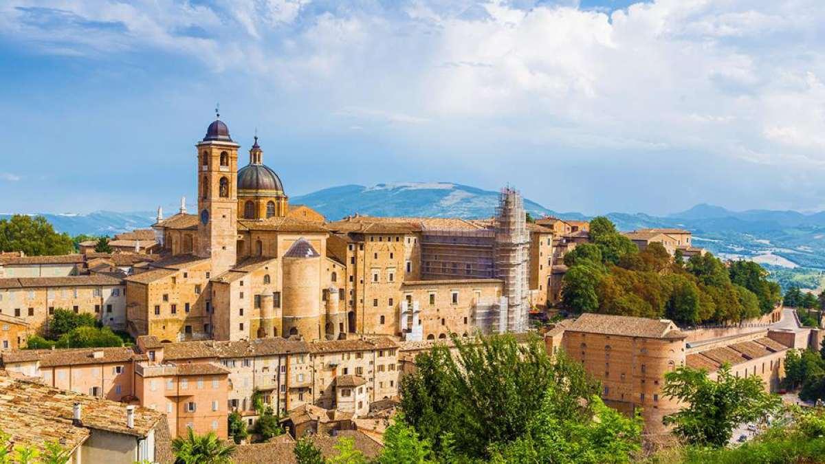 urbino ιταλική πόλη σε λόφο