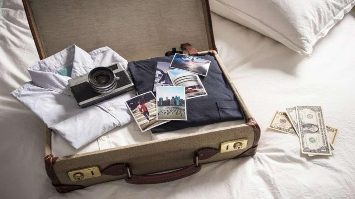 ανοιχτή βαλίτσα με αντρικά ρούχα φωτογραφίες χρήματα