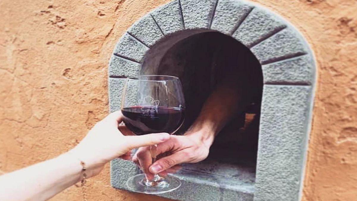 σερβίρισμα κρασιού από το παράθυρο