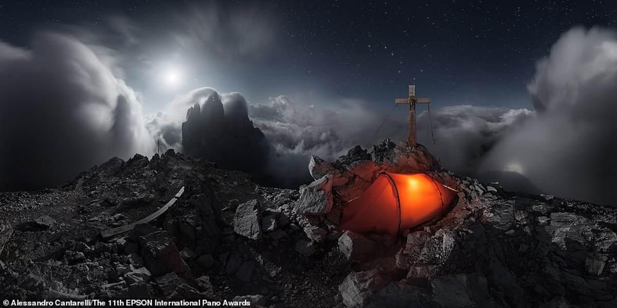 Αυτό το απίστευτο πλάνο τραβήχτηκε από τον 33χρονο φωτογράφο Alessandro Cantarelli, από τη Ρώμη, σε 9.000 πόδια ύψος στους Ιταλούς Δολομίτες, με το φεγγάρι να φωτίζει τις Τρεις Κορυφές του  Lavaredo