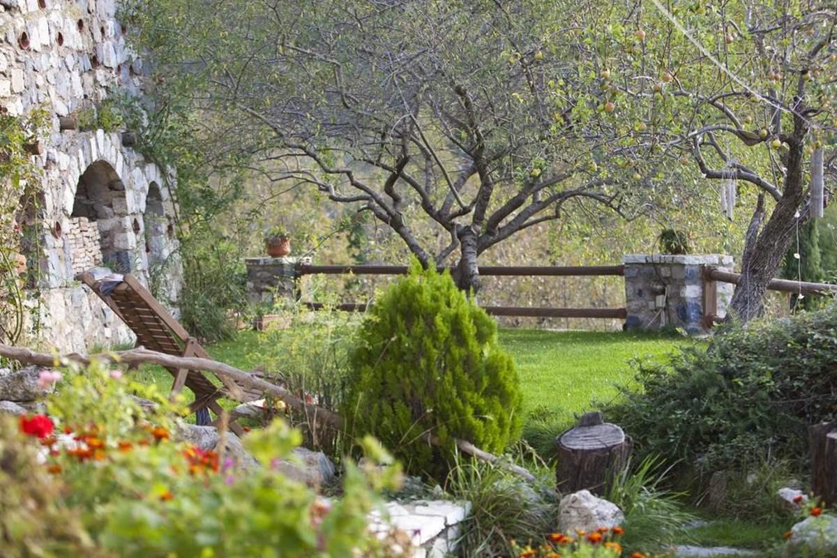 Agnantio studios & suites, βόλτα στον κήπο