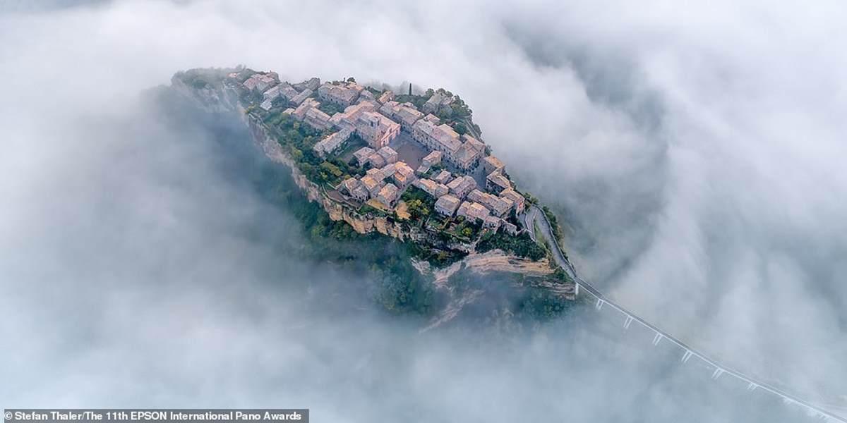 """Ένα εκπληκτικό στιγμιότυπο από τον αυστριακό ερασιτέχνη φωτογράφο Stefan Thaler, το Civita di Bagnoregio """"τυλιγμένο"""" στην ομίχλη - ένα χωριό στην κορυφή ενός λόφου στην κεντρική Ιταλία"""