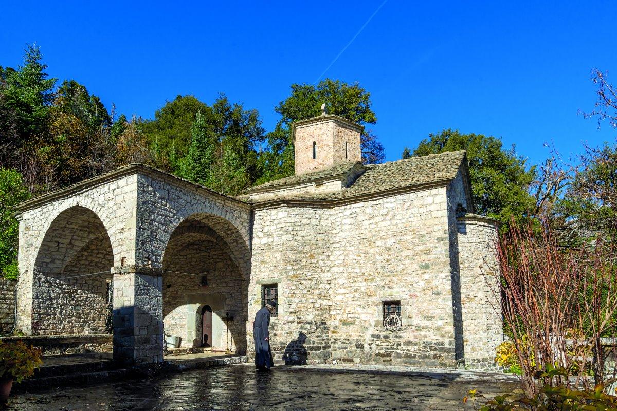 Λεοντίτο χωριό Αργιθέας μέσα στα έλατα ναός πετρόκτιστος