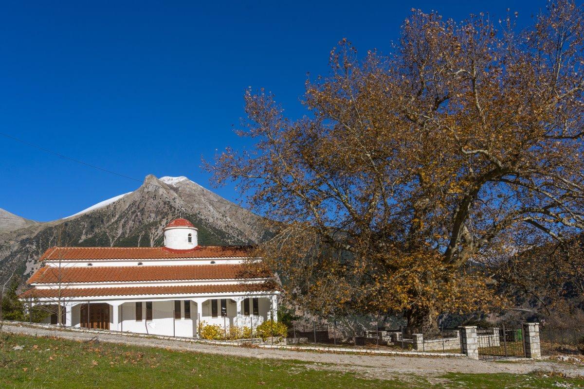 Λεοντίτο χωριό Αργιθέας μέσα στα έλατα εκκλησία άγιος χαράλαμπος