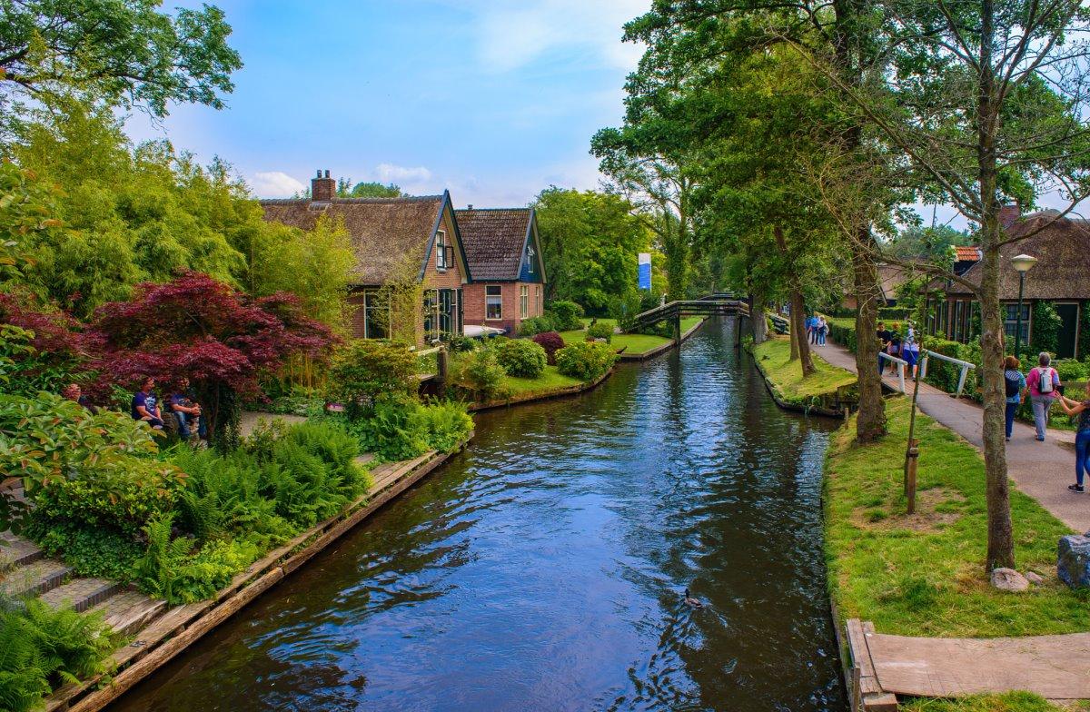 Giethoorn χωριό Ολλανδίας με το ποτάμι να διασχίζει τα σπίτια