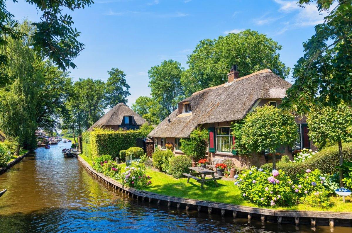Giethoorn χωριό Ολλανδίας σπίτι σε ποτάμι σε παραδοσιακή αρχιτεκτονική