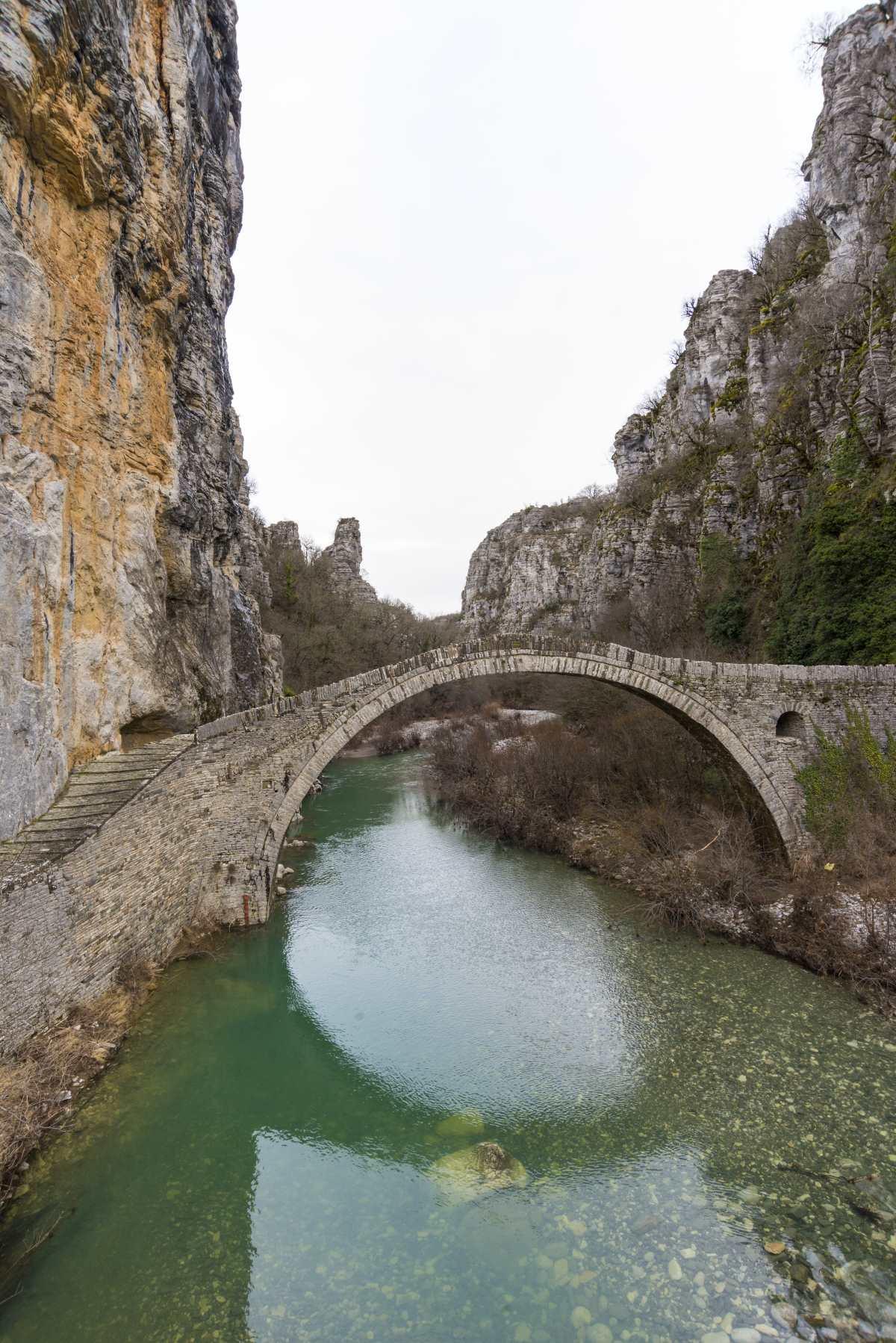 Πάνω στον κεντρικό δρόμο από τους Κήπους με κατεύθυνση το Ζαγόρι, βρίσκεται το γεφύρι του Κόκορη.