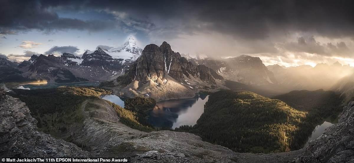 Αυτή η καταπληκτική φωτογραφία τραβήχτηκε από τον μεγάλο νικητή, ο Matt Jackisch - αλλά δεν είναι αυτή που το έδωσε την πρωτιά. Δείχνει το όρος Assiniboine στον Καναδά (την απότομη χιονισμένη κορυφή στο πίσω μέρος) και το εκπληκτικό περιβάλλον τοπίο