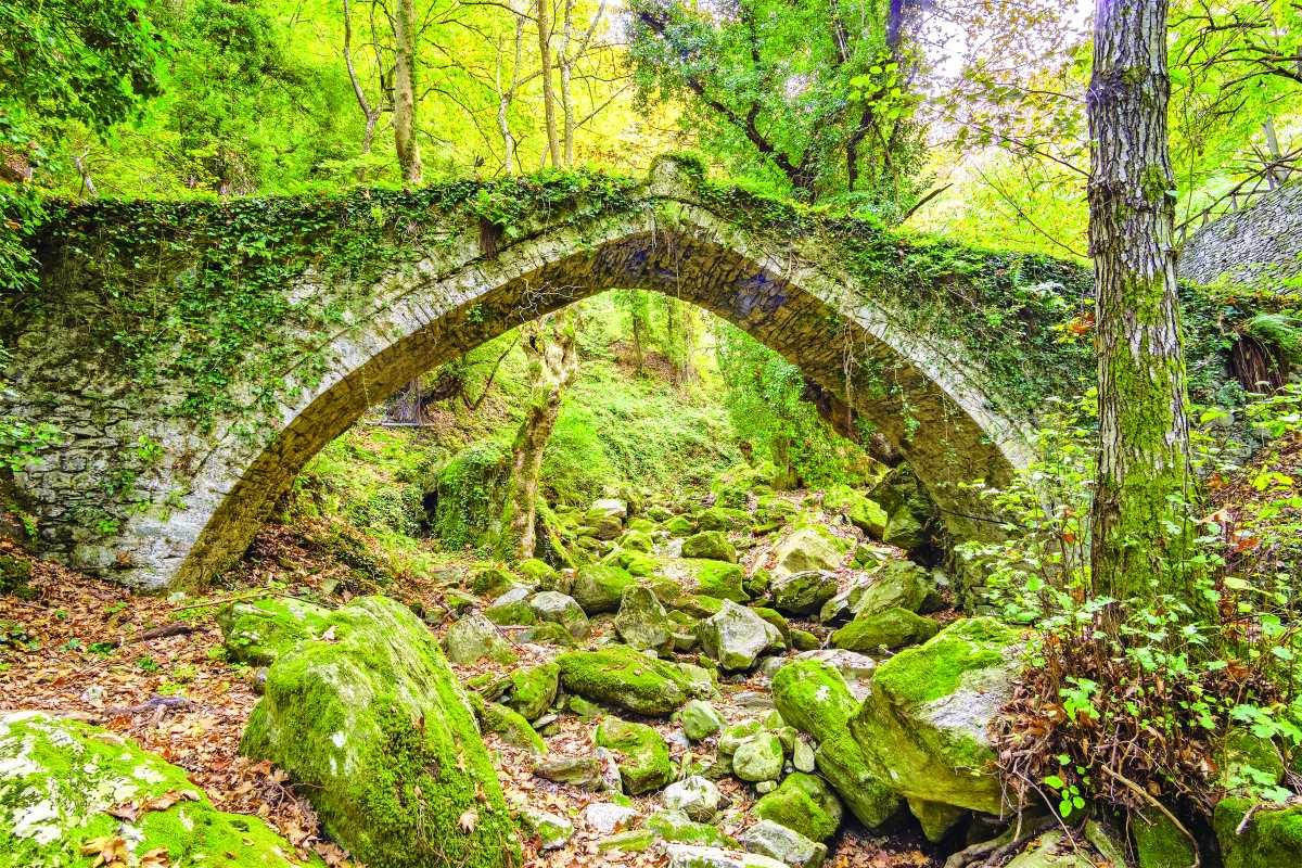 Το πέτρινο γεφύρι που ενώνει την Τσαγκαράδα με το Ξουρίχτι